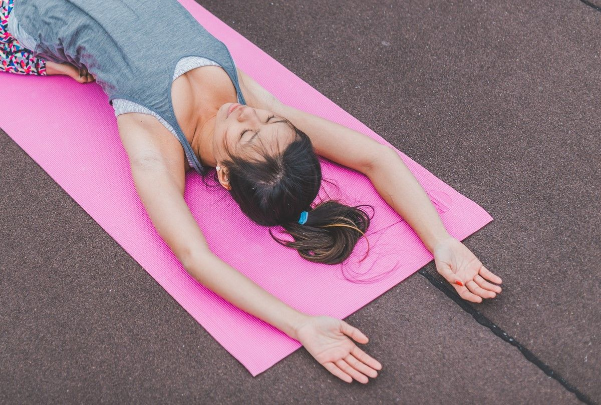 relaxation exercise lying on the back and breathing