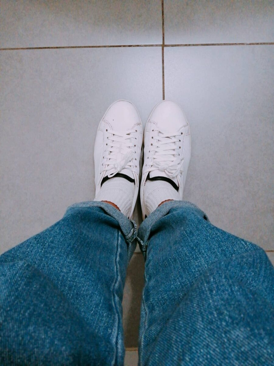 white sneakers with high socks and mom jeans 90s outfit